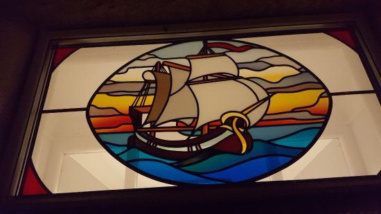 Fylingthorpe, UK: This stained glass window looks really nice when it's dark outside and lit from inside