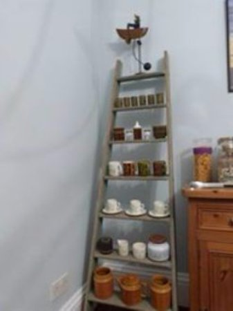Fylingthorpe, UK: I loved this idea which shows off Heather's Hornsea Pottery