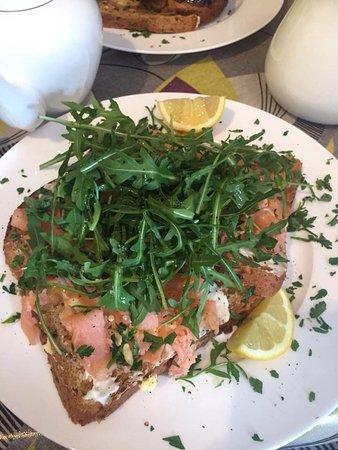 Alfriston, UK: Smoked Salmon, rocket, lemon mayo open sandwich