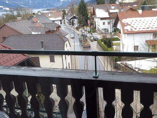 Nussdorf am Attersee, Austria: Blick vom Zimmer auf die Hauptstraße