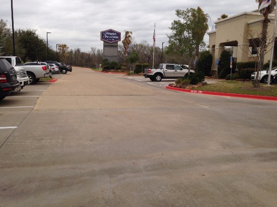 Entrance and parking Hampton Inn & Suites College Station