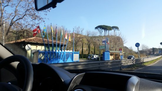 Flaminio Village Bungalow Park : via flaminia e a sx ingresso villaggio