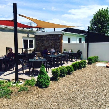 Warrenton, VA: Dining on patio