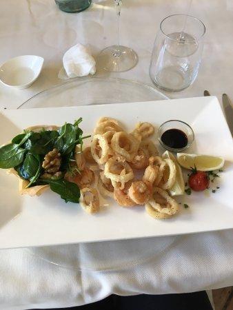 Petrignano d'Assisi, Italia: Antipasto di pesce, gnocchi allo scoglio, frittura di pesce con insalata e noci