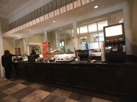Hampton Inn Boston-Natick: breakfast area