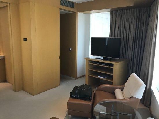Grand Hyatt Sao Paulo: Sitting area and TV in the bedroom