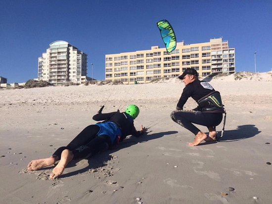 Кейптаун, Южная Африка: Learning to upwind body drag on the beach, before going into the water.