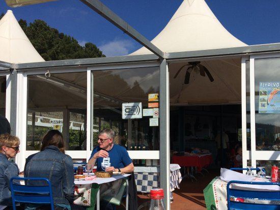 Monchique, Portugal: Eat outdoors or in. Both have great views.