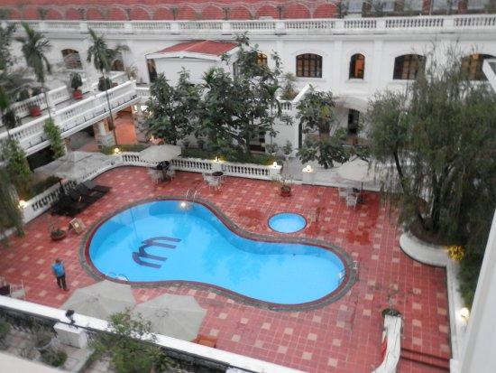 Giardino con piscina per la prima colazione picture of hotel