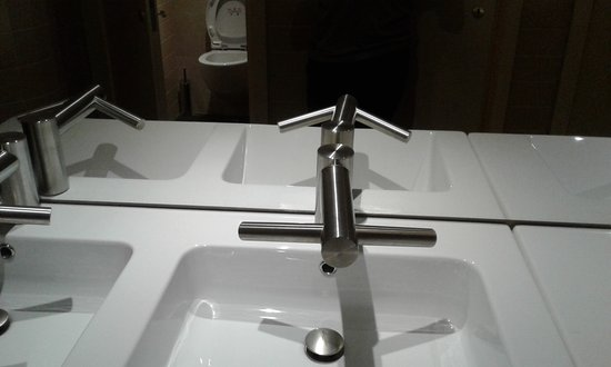 Bolgatanga, גאנה: High-tech faucets with infra-red water, soap dispenser (left) and dryer (right).