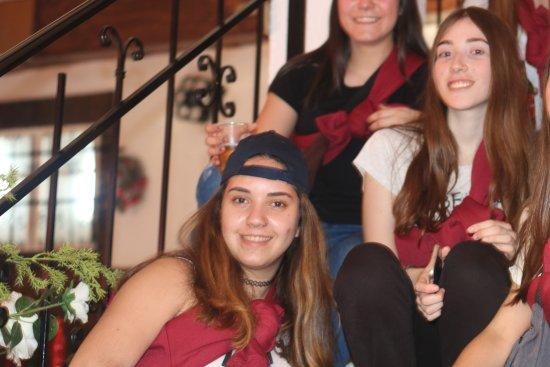 Fuentes de Ebro, สเปน: Sentadas en las escaleras del hostal