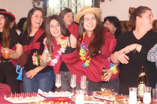 Fuentes de Ebro, สเปน: chicas en el restaurante con la charanga y tomando café