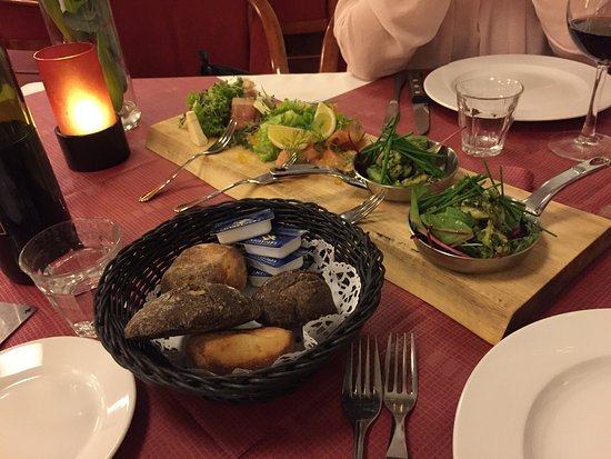 Roedekro, Dänemark: Forret med rejer/pesto, røget laks/citronkapers, skinke/camenbert