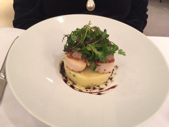 Restaurant L'Essentiel: Saint Jacques roties à l'huile de truffe, pomme de terre Amandine, écrasée à l'huile d'olive