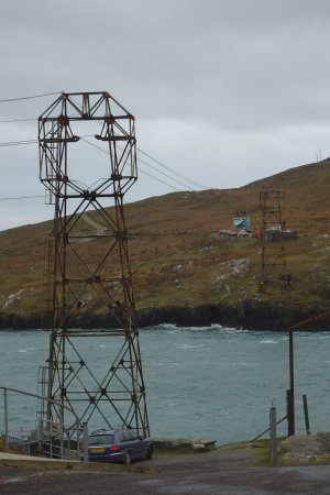 Kenmare, Irlanda: Cable car makes it`way back from Dursey Island.