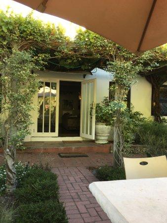 Grabouw, Güney Afrika: Elgin Valley Inn courtyard