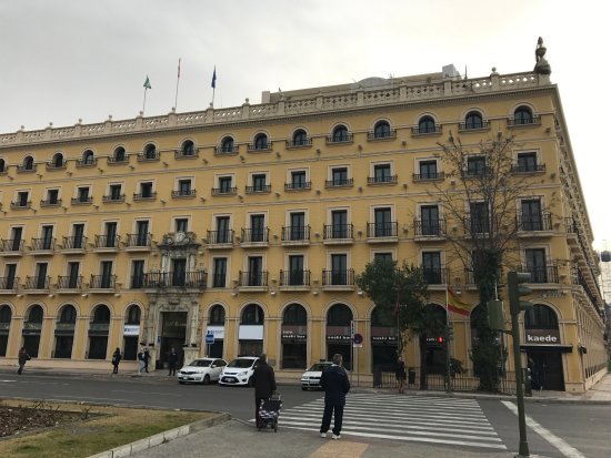 Hotel Sevilla Macarena: Hotel from the front
