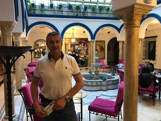 Hotel Sevilla Macarena: in front of reception area
