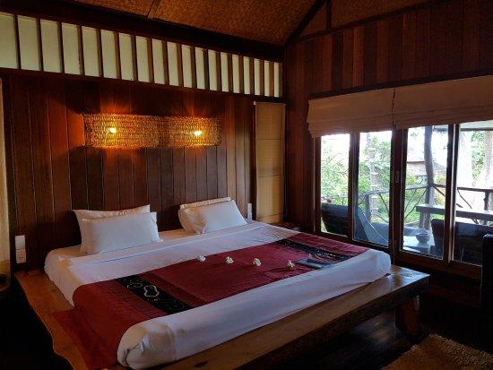 Coral Bay Resort: Schlafbereich mit direktem Meerblick vom Bett