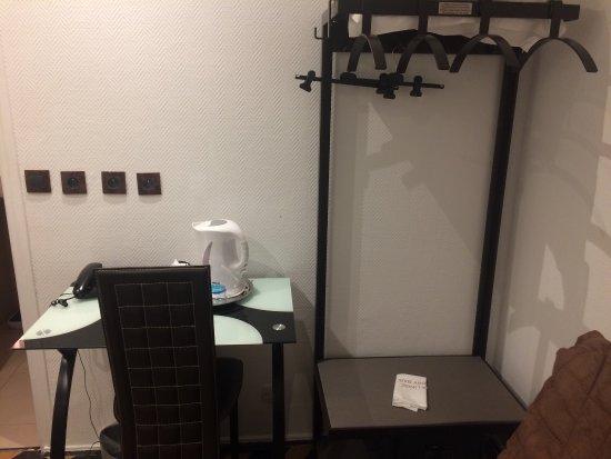 Chambre simple pour deux personnes + salle de bain - Photo de Hotel ...