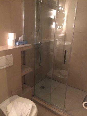 Chambre simple pour deux personnes + salle de bain - Picture of ...