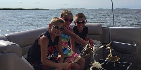 Manteo, Carolina del Norte: Kids playing with the Blue Crabs, don't get pinched!