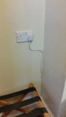 Best Western Mayfield House Hotel: Electrical Wiring In The Bedroom!