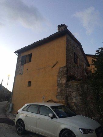 Valtopina, Ιταλία: vista esterna con posto auto riservato agli ospiti