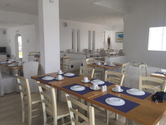 Tourlos, Grækenland: 地理位置很好,距離港口很近,飯店的房間數量挺多的有一點點類似villa的感覺,到市區大約要走25-30分鐘的路,白色為基調的房子格外的乾淨整潔,付費的早餐還不錯,只需要多加2歐元,由於附近沒有