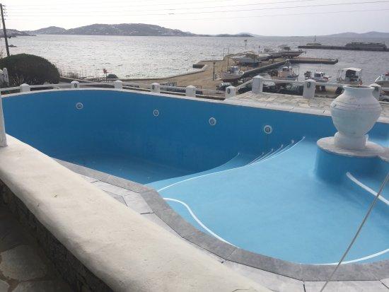 Olia Hotel: 地理位置很好,距離港口很近,飯店的房間數量挺多的有一點點類似villa的感覺,到市區大約要走25-30分鐘的路,白色為基調的房子格外的乾淨整潔,付費的早餐還不錯,只需要多加2歐元,由於附近沒有