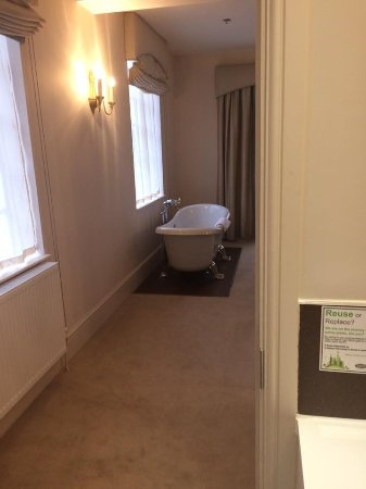 Sudbury, UK: Pictures of the room and Front entrance...