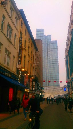 """Rue Neuve : """"Леонидасов"""" в Брюсселе полно, но здесь выбор очень большой."""