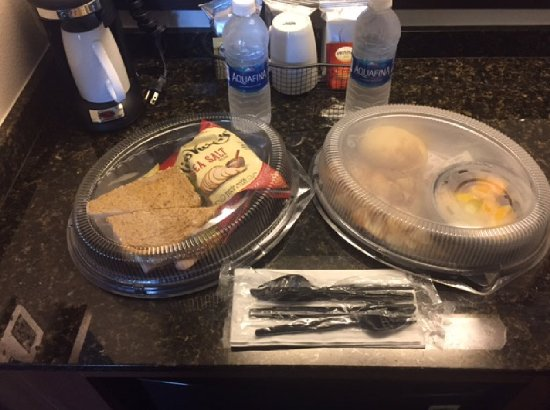 Hyatt Place Fremont/Silicon Valley: Breakfast and Turkey Sandwhiches with Fruit and Chips