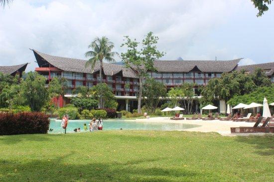 Le Meridien Tahiti : Great lagoon style pool with sand bottom