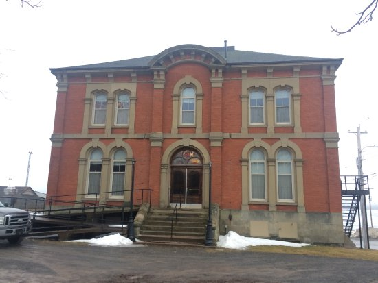 Pictou, Canada: Front of Inn from parking lot - does have ramp access front left