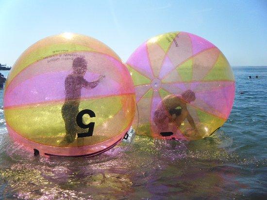 Cowes, ออสเตรเลีย: aquaballs