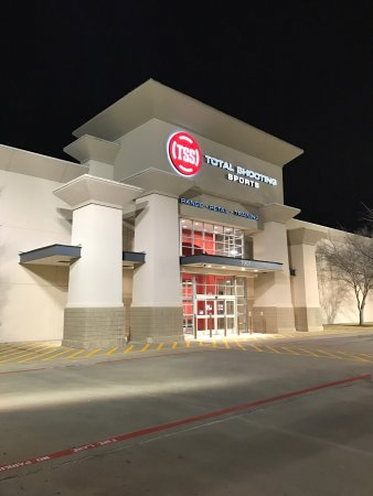 North Richland Hills, Teksas: Total Shooting Sports at night.  Great place to bring the family for shooting entertainment and