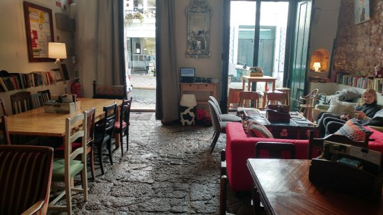 Pois Cafe: Setting and the outside view...