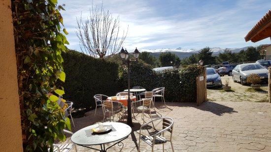 Hoyos del Espino, España: La terraza exterior y las cumbres de Gredos al fondo
