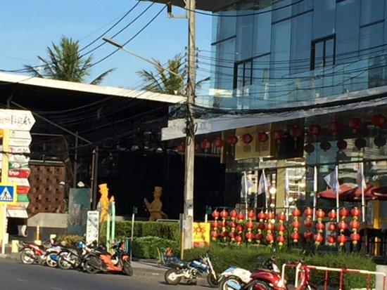 Baan Suwantawe: 반수완타위 길 건너 쇼핑몰
