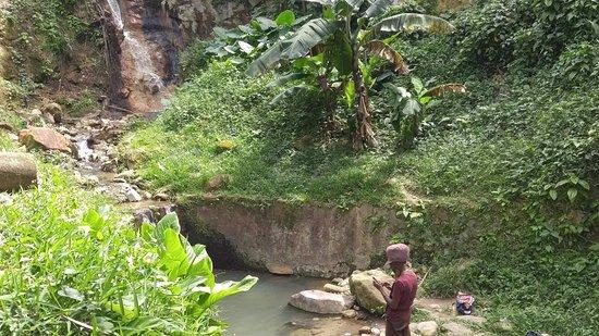 Sulphur Springs: cascada natural que viene de la montaña