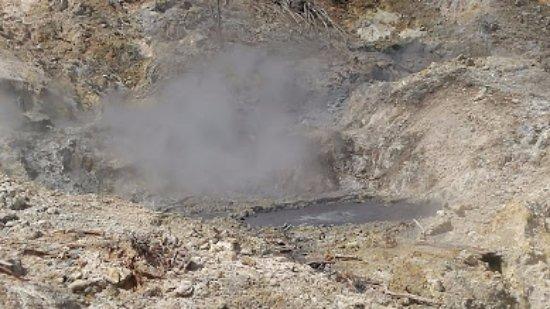 Sulphur Springs: lodo hirviendo en el volcán con emanaciones de azufre