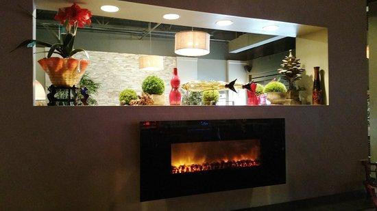 Edwardsville, IL: Nice decor and fireplace.