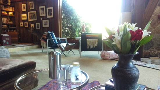 Inn Paradiso: Morning coffee near the fireplace