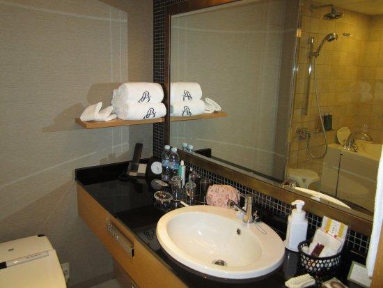 Kyoto Brighton Hotel: 洗面台、アメニティ豊富