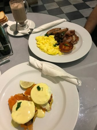 Winterton, Afrika Selatan: Salmon Eggs Benedict & A Traditional Breakfast