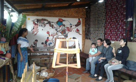 San Juan la Laguna, Guatemala: Yohana y turistas de Costa Rica