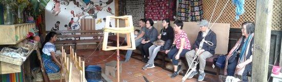 San Juan la Laguna, Guatemala: En la nueva área de talleres de exhibición y explicación, demostraciones artesanales