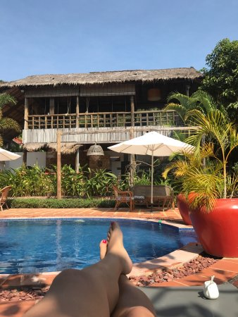 Raingsey Bungalow : The hotel pool, tropical gardens and bar/cafe areas
