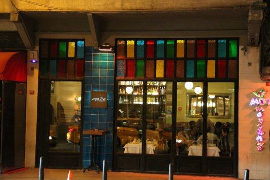 Meze By Lemon Tree: Extérieur coloré du restaurant
